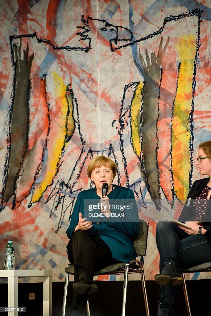 German Chancellor Angela Merkel takes part in a panel discussion with pupils during her visit at the Lycee Francais School in Berlin on May 03, 2016. / AFP / CLEMENS