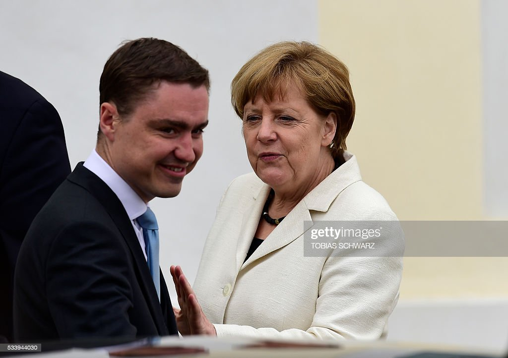 German Chancellor Angela Merkel talks to Estonian Prime minister Taavi Roivas as he leaves after their meeting at Meseberg Palace on May 24, 2016 in Meseberg, outside Berlin. / AFP / TOBIAS