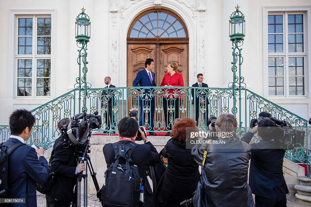 German Chancellor Angela Merkel welcomes Japanese Prime Minister Shinzo Abe for bilateral talks at the state guest house 'Schloss Meseberg' in Gransee in Brandenburg near Berlin, on May 4, 2016. / AFP / CLEMENS