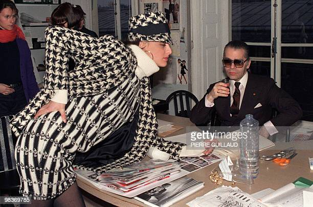 German Chanel's designer and art director of Chanel fashion house Karl Lagerfeld discusses with top model Inès de la Fressange March 13 1987 the last...