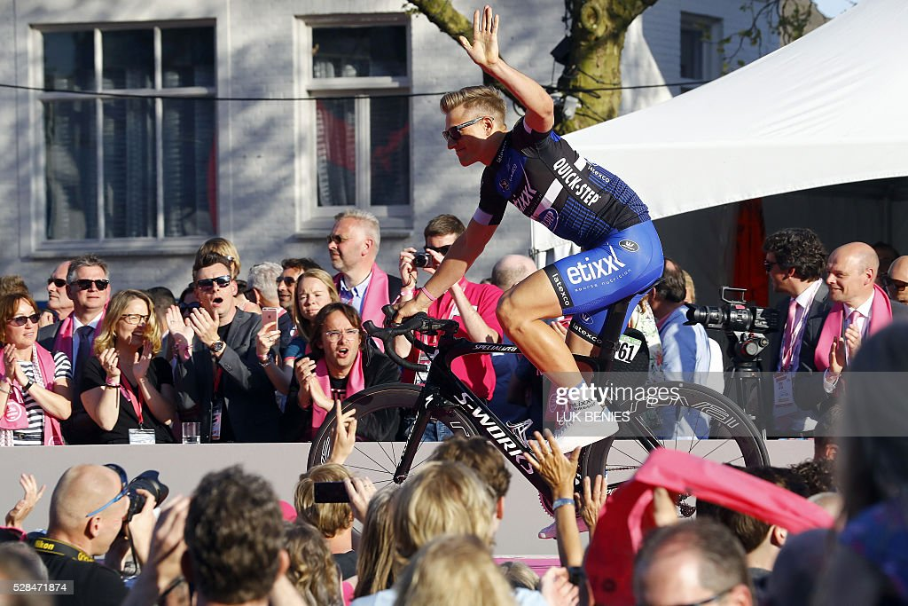 German cyclist Marcel Kittel of Etixx - Quick Step gestures during the team presentation for the 99th Giro d'Italia (Tour of Italy) on May 5, 2016 in Apeldoorn. / AFP / LUK