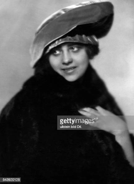 woman is wearing a fur coat and a hat Photographer Karl Schenker Published by 'Die Dame' 03/1919Vintage property of ullstein bild