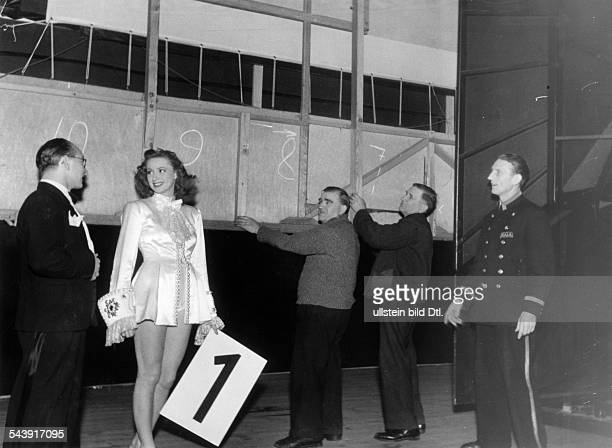 German Empire Free State Prussia Brandenburg Province Berlin Series 'Berlin in wartime' people from the Scala theater in their provisional stage hall...