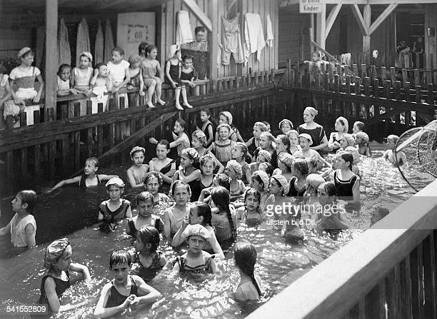 holiday camp of Berlin children girls bathing in the girls departement of the public swimming baths Wilmersdorf Published by 'Praktische Berlinerin'...