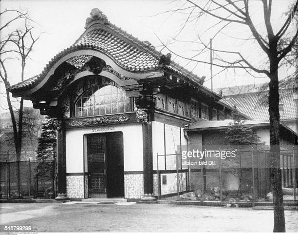 German Empire Kingdom Prussia Berlin Japanesestyle building for wading birds in the Berlin Zoo around 1905 Vintage property of ullstein bild