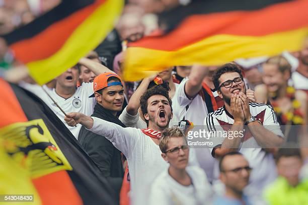 Deutscher fan-Fans jubeln rufen für Fussballteam
