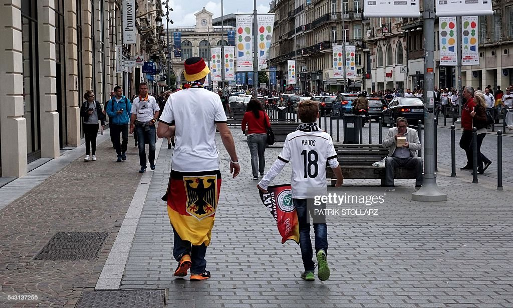 German fans gather in the center of Lille prior to the Euro 2016 round of sixteen football match between Germany and Slovakia at the stadium 'Stade Pierre-Mauroy' in Lille, on June 26, 2016 during the Euro 2016 football tournament. / AFP / PATRIK