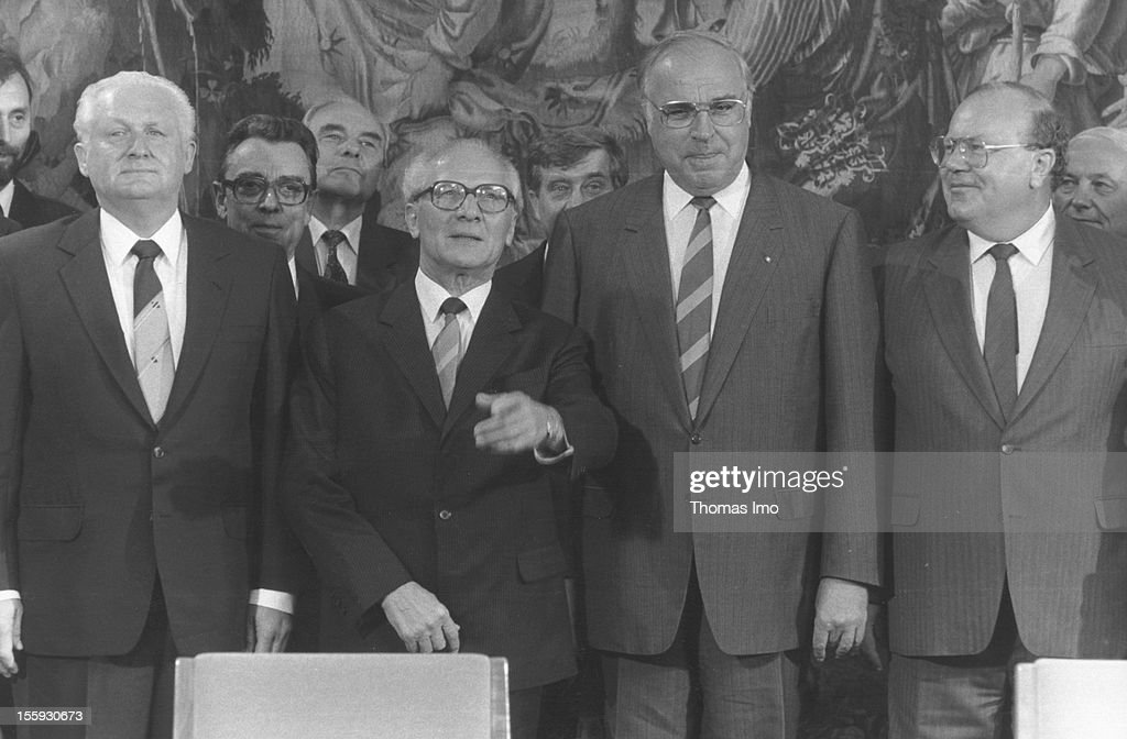 German Federal Chancellor <a gi-track='captionPersonalityLinkClicked' href=/galleries/search?phrase=Helmut+Kohl&family=editorial&specificpeople=202518 ng-click='$event.stopPropagation()'>Helmut Kohl</a> standing next to the Chairman of the Council of State <a gi-track='captionPersonalityLinkClicked' href=/galleries/search?phrase=Erich+Honecker&family=editorial&specificpeople=209084 ng-click='$event.stopPropagation()'>Erich Honecker</a> in front of photographers, September 08, 1987, Bonn, Germany.