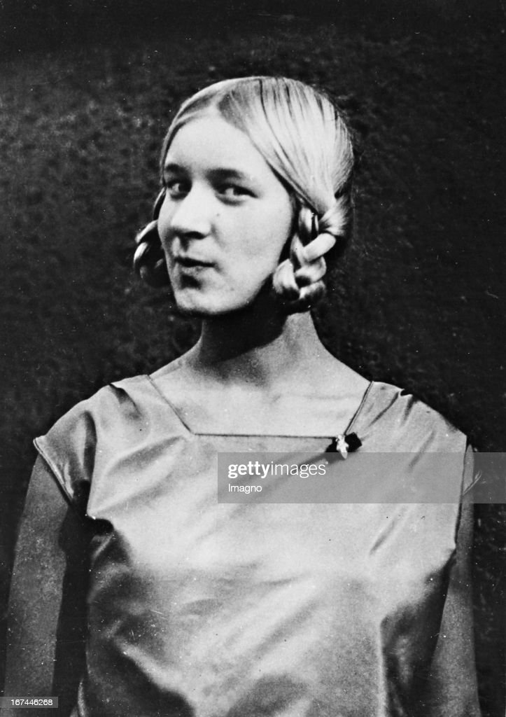 German fencer (Olympic champion in Amsterdam 1928) Helene Mayer (1910-1953) as champion in floret fencing at the European Championships in Naples. 1929. Photograph. (Photo by Imagno/Getty Images) Die deutsche Fechterin (Olympiasiegerin in Amsterdam 1928) Helene Mayer (19101953) als Siegerin im Florettfechten bei den Europameisterschaften in Neapel. 1929. Photographie.