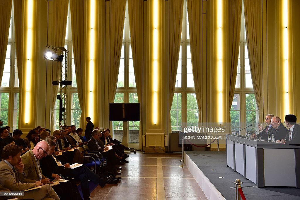 German Finance Minister Wolfgang Schaeuble (2ndR) addresses a press conference for members of the foreign correspondent's club (VAP) at the finance ministry in Berlin on May 26, 2016. / AFP / John MACDOUGALL