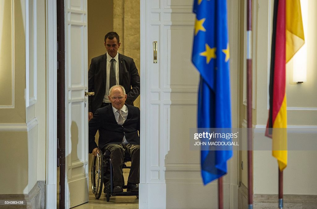 German Finance Minister Wolfgang Schaeuble arrives for a press conference for members of the foreign correspondent's club (VAP) at the finance ministry in Berlin on May 26, 2016. / AFP / John MACDOUGALL