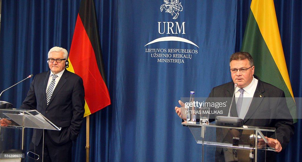 German Foreign Minister Frank-Walter Steinmeier (L) and his Lithuanian counterpart Linas Linkevicius give a joint press conference after talks in Vilnius on May 26, 2016. / AFP / Petras Malukas