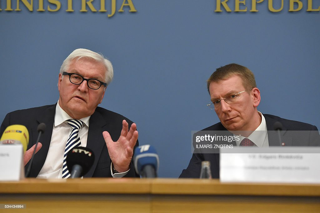 German Foreign Minister Frank-Walter Steinmeier and Latvian Foreign Minister Edgars Rinkevics (R) attend a press conference afetr a meeting in Riga, on May 26, 2016. / AFP / ILMARS