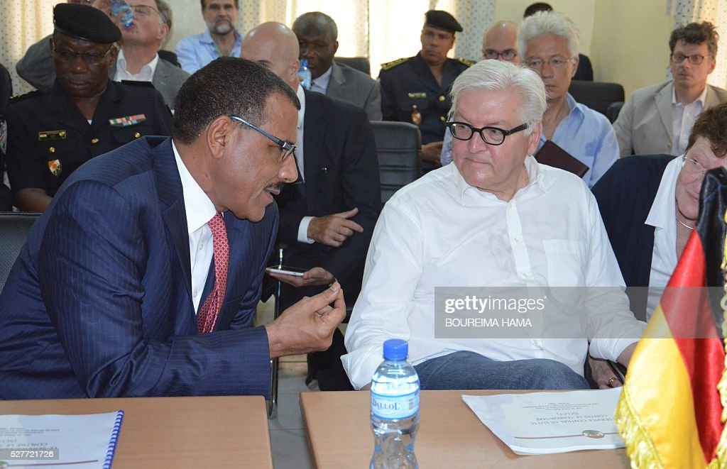 German Foreign minister Frank-Walter Steinmeier (R) listens to Niger's Foreign Minister Mohamed Bazoum (L) during a meeting in Niamey on May 3, 2016. German Foreign Minister Frank-Walter Steinmeier and his French counterpart Jean-Marc Ayrault pay a two-day visit to Mali and Niger on May 2-3, 2016. / AFP / Boureima HAMA