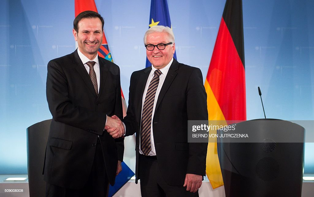 German Foreign Minister Frank-Walter Steinmeier (R) shakes hands with his Croatian counterpart Miro Kovac after a joint press conference following talks on February 8, 2016 in Berlin. / AFP / dpa / Bernd von Jutrczenka / Germany OUT