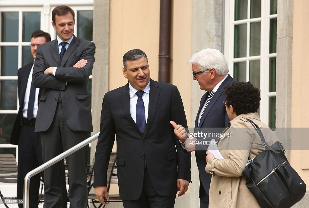 German Foreign Minister Frank-Walter Steinmeier speaks with Riad Hijab, head of the Syrian High Negotiation Committee (HNC) at the foreign ministry's guest house Villa Borsig in the suburbs of Berlin on May 4, 2016 ahead of a meeting on Syria as concerns grow over the war-torn country's faltering truce. / AFP / Adam BERRY