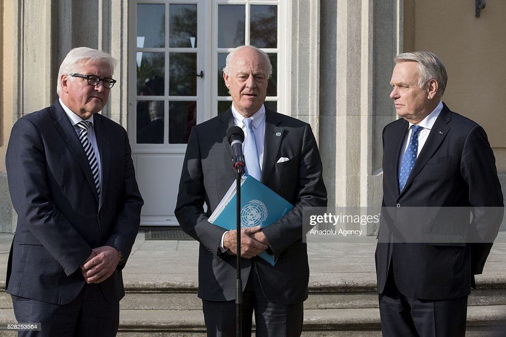 German Foreign Minister Frank-Walter Steinmeier (L), Staffan de Mistura (C), UN Secretary-General's Special Envoy for Syria, and French Foreign Minister Jean-Marc Ayrault (R) hold a joint press conference after their talks at the German foreign ministry's guest house Villa Borsig in Berlin, Germany on May 04, 2016.