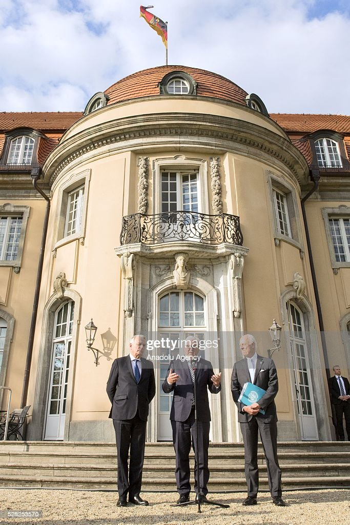 German Foreign Minister Frank-Walter Steinmeier (C), Staffan de Mistura (R), UN Secretary-General's Special Envoy for Syria, and French Foreign Minister Jean-Marc Ayrault (L) arrive for a joint press conference after their talks at the German foreign ministry's guest house Villa Borsig in Berlin, Germany on May 04, 2016.