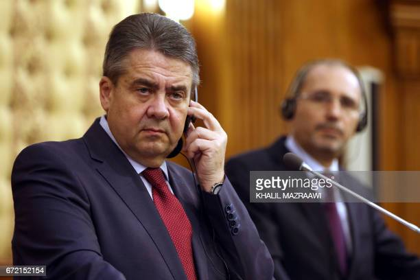 German Foreign Minister Sigmar Gabriel holds a press conference with his Jordanian counterpart Ayman Safadi in Amman on April 24 2017 / AFP PHOTO /...