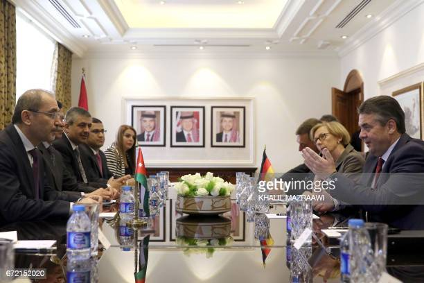 German Foreign Minister Sigmar Gabriel meets with his Jordanian counterpart Ayman Safadi in Amman on April 24 2017 / AFP PHOTO / Khalil MAZRAAWI