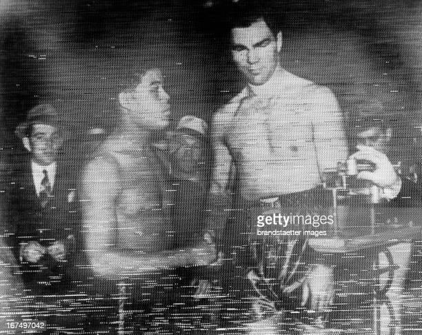 German heavyweight boxer Max Schmeling is on the scale before the fight starts against Joe Louis 22 June 1938 Photo Der deutsche Schwergewichtsboxer...