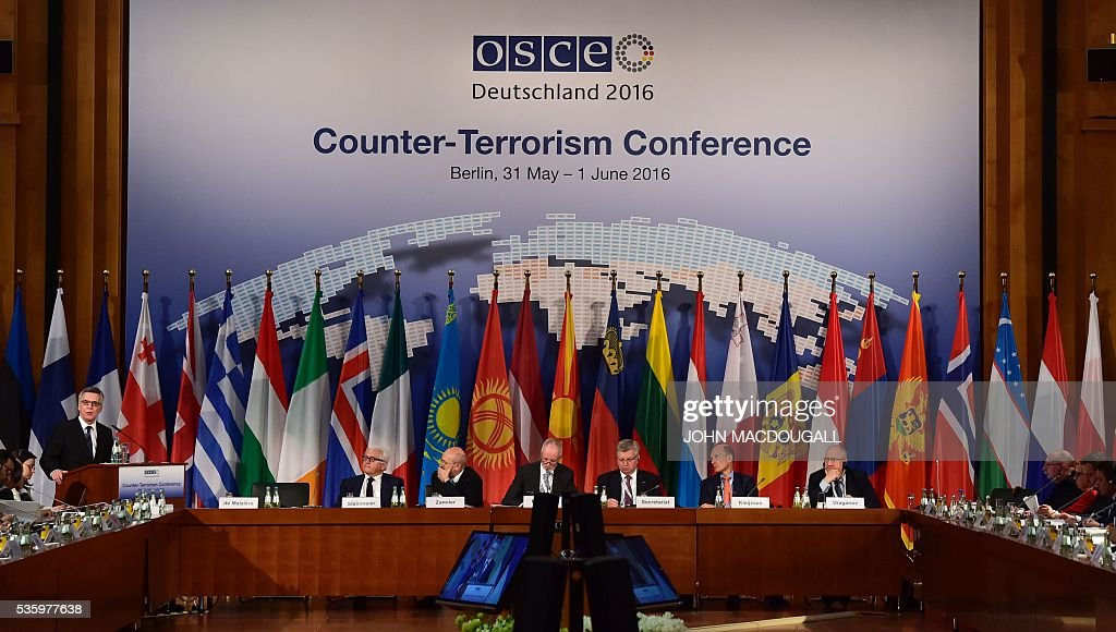 German Interior Minister Thomas de Maiziere (L) addresses delegates during the opening session of the two-day Counter-Terrorism Conference of the Organisation for Security and Cooperation in Europe (OSCE) at the foreign ministry in Berlin on May 31, 2016. / AFP / John MACDOUGALL