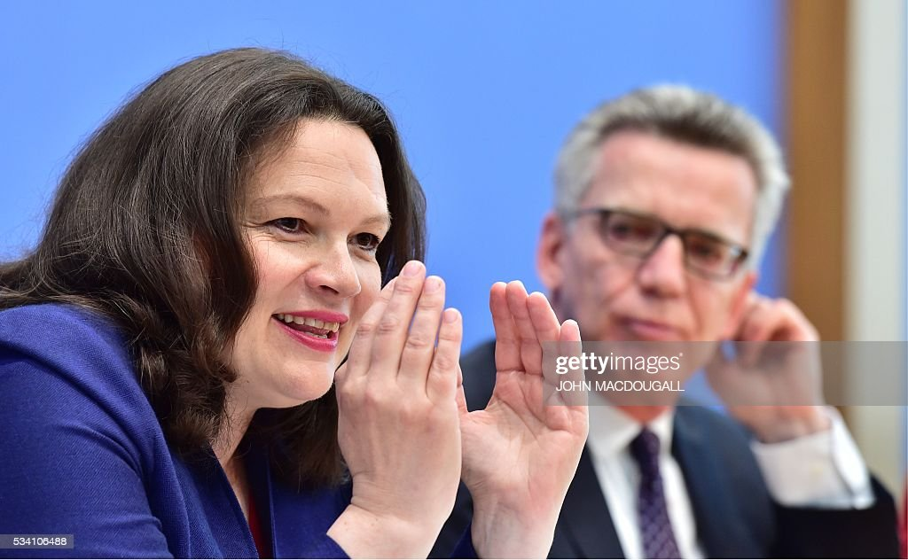 German Interior Minister Thomas de Maiziere (R) and German Labour and Social Minister Andrea Nahles (L) give a press conference on the integration issue on May 25, 2016 in Berlin. / AFP / John MACDOUGALL