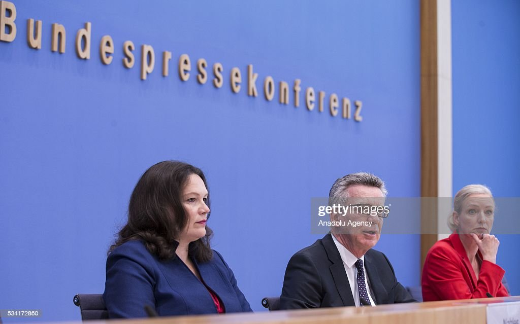 German Interior Minister Thomas de Maiziere (C) and German Labour and Social Minister Andrea Nahles (L) give a press conference about the integration issue on May 25, 2016 in Berlin.