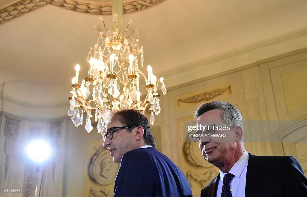 German Interior Minister Thomas de Maiziere (R) and German Transport Minister Alexander Dobrindt arrive for the weekly cabinet meeting taking place in the framework of a retreat meeting of the German cabinet at Meseberg Palace on May 25, 2016 in Meseberg near Gransee, northeastern Germany. / AFP / TOBIAS