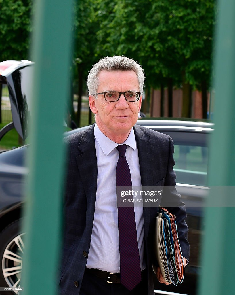 German Interior Minister Thomas de Maiziere arrives for the German government convention at meseberg Palace on May 24, 2016 in Meseberg. / AFP / TOBIAS