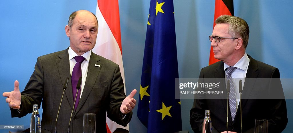 German Interior Minister Thomas de Maizi��re (R) and his Austrian counterpart Wolfgang Sobotka attend a joint press conference in Potsdam, eastern Germany, on April 29, 2016. / AFP / dpa / Ralf Hirschberger / Germany OUT