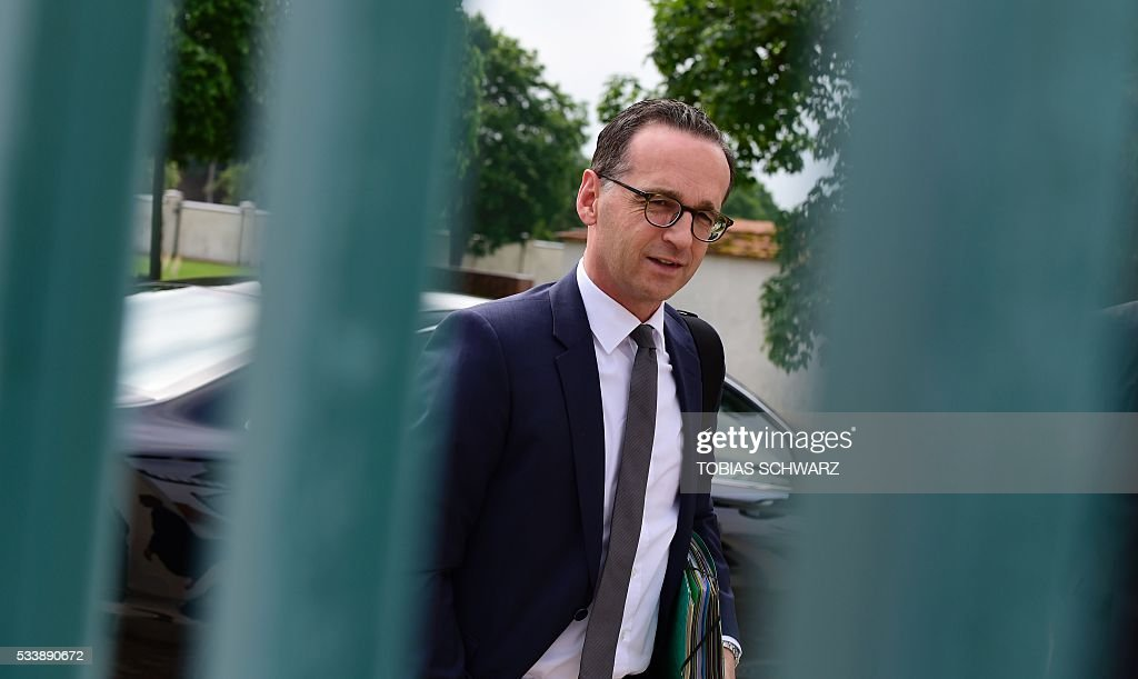 German Justice Minister Heiko Maas arrives at Meseberg Palace for a closed meeting of the German cabinet on May 24, 2016 in Meseberg, northeastern Germany. / AFP / TOBIAS