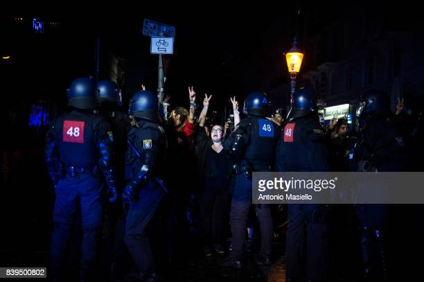 German police clashes against anticapitalist demonstrators during night of riots on July 8 2017 in Hamburg Germany German police and protesters...