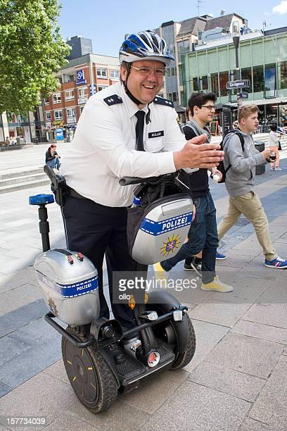 Deutscher Polizist auf einem segway Fahrzeug
