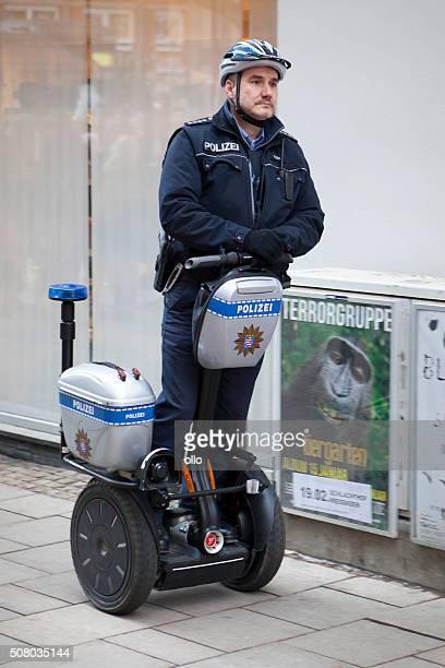Deutsche Polizei bewacht auf einem Segway.