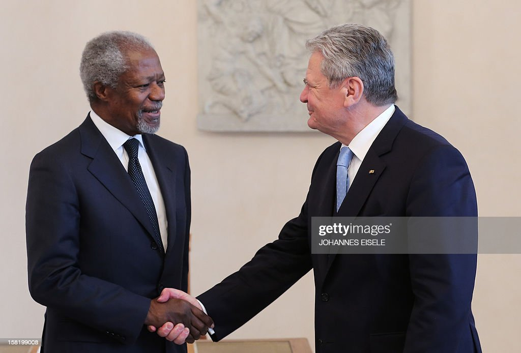 German President Joachim Gauck (R) and former UN Secretary General Kofi Annan shake hands at Schloss Bellevue presidential palace on December 11, 2012 in Berlin.