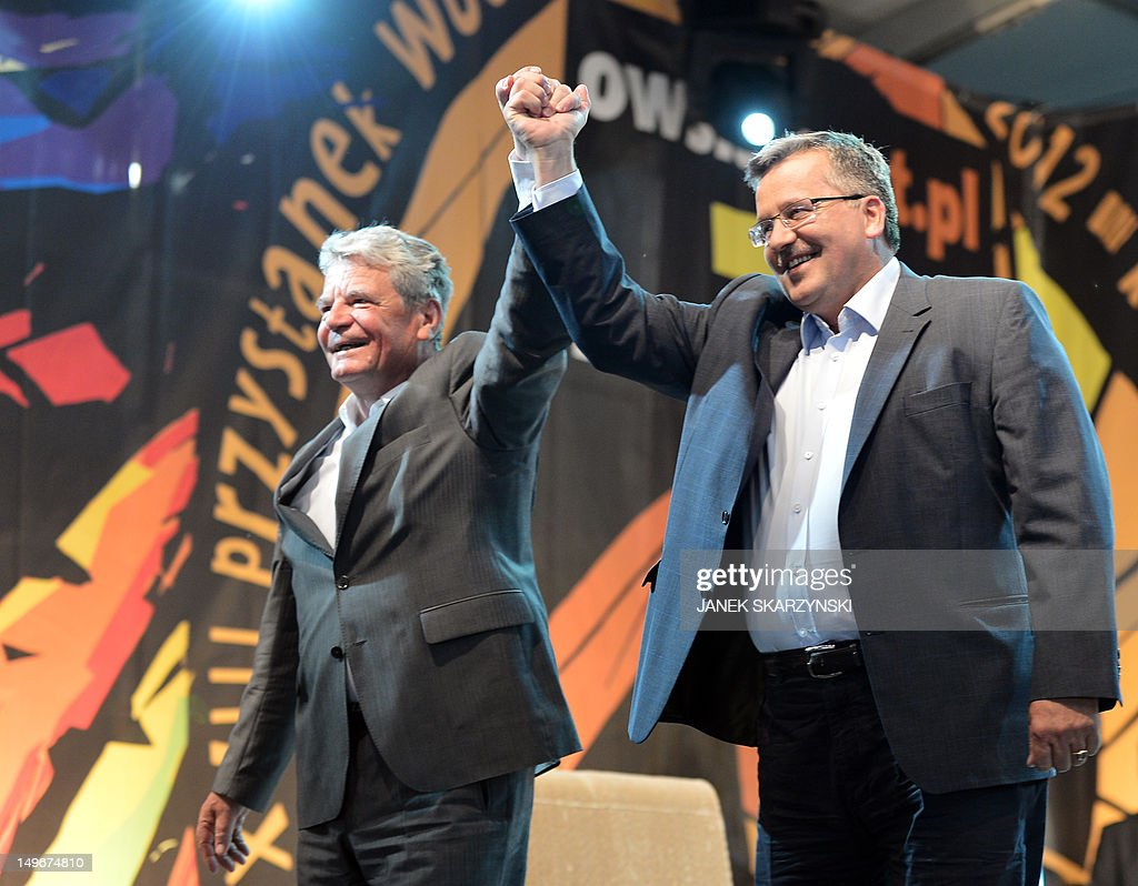 German President Joachim Gauck (L) and his Polish counterpart Bronislaw Komorowski attend a meeting with youth during a music festival 'Woodstock fastival Poland' in Kostrzyn nad Odra on August 2, 2012. AFP PHOTO / JANEK SKARZYNSKI