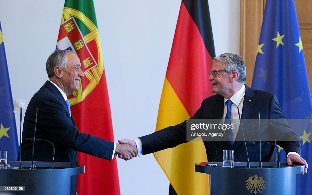 German President Joachim Gauck (R) and Portuguese President Marcelo Rebelo de Sousa (L) shake hands during a press conference at the Schloss Bellevue Palace in Berlin, Germany on May 30, 2016.