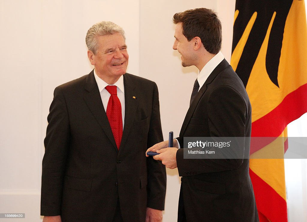 German President <a gi-track='captionPersonalityLinkClicked' href=/galleries/search?phrase=Joachim+Gauck&family=editorial&specificpeople=2077888 ng-click='$event.stopPropagation()'>Joachim Gauck</a> (L) awards Germany's bronze medalist of the men's table tennis <a gi-track='captionPersonalityLinkClicked' href=/galleries/search?phrase=Timo+Boll&family=editorial&specificpeople=204430 ng-click='$event.stopPropagation()'>Timo Boll</a> (R) the Silbernes Lorbeerblatt during the 'Silbernes Lorbeerblatt Award Ceremony' at Schloss Bellevue on November 7, 2012 in Berlin, Germany.