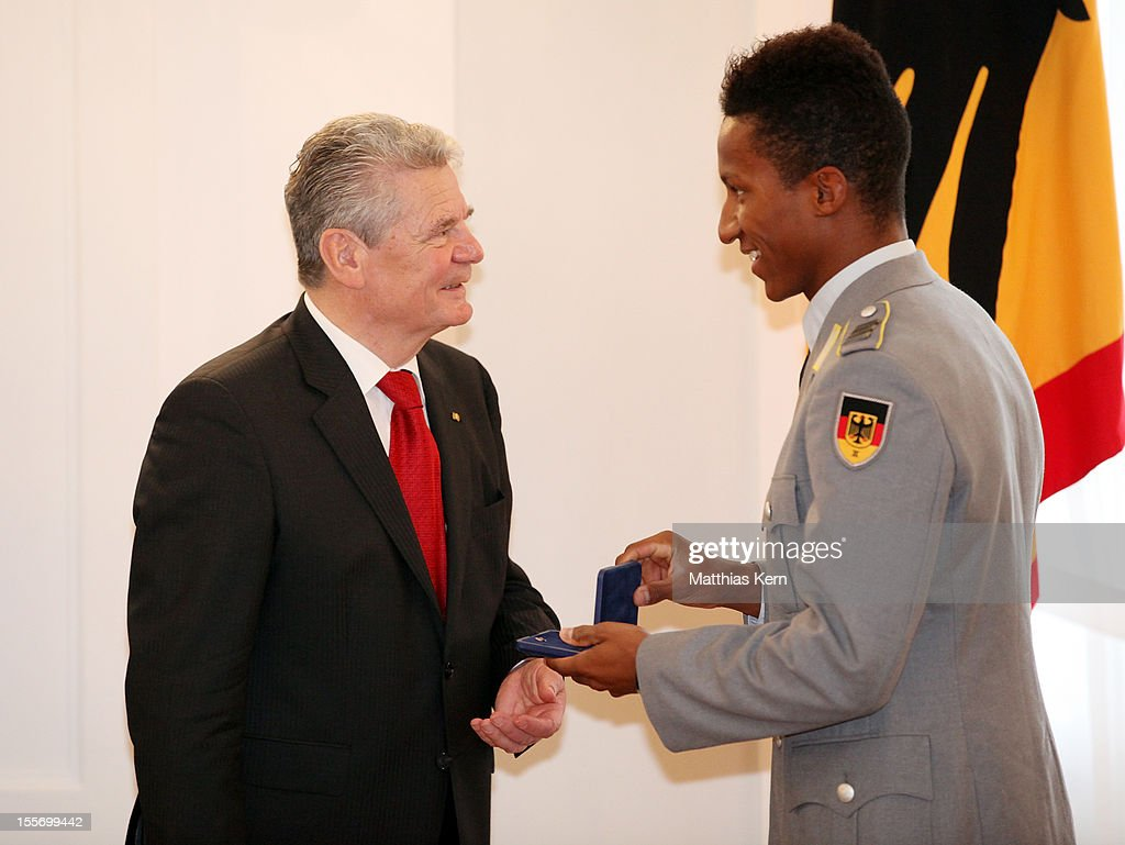German President <a gi-track='captionPersonalityLinkClicked' href=/galleries/search?phrase=Joachim+Gauck&family=editorial&specificpeople=2077888 ng-click='$event.stopPropagation()'>Joachim Gauck</a> (L) awards Germany's bronze medalist of the men's pole vault <a gi-track='captionPersonalityLinkClicked' href=/galleries/search?phrase=Raphael+Holzdeppe&family=editorial&specificpeople=2260768 ng-click='$event.stopPropagation()'>Raphael Holzdeppe</a> (R) the Silbernes Lorbeerblatt during the 'Silbernes Lorbeerblatt Award Ceremony' at Schloss Bellevue on November 7, 2012 in Berlin, Germany.