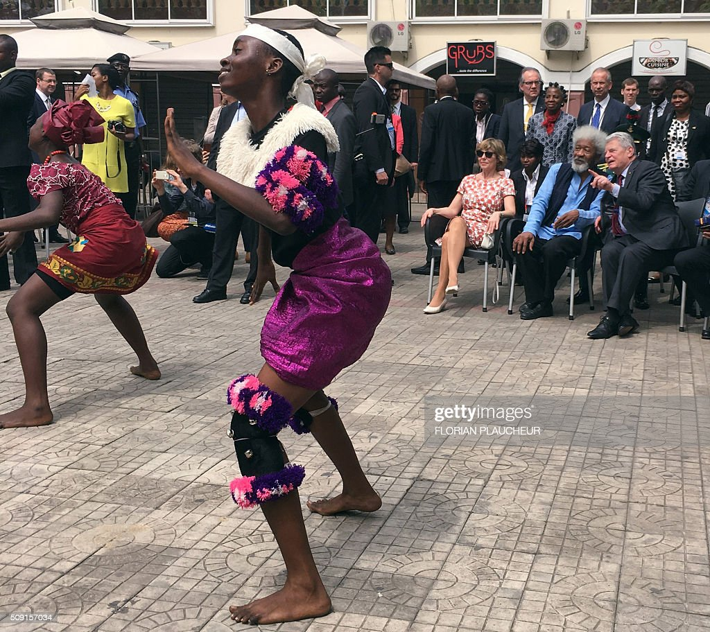 German President Joachim Gauck (R), his wife Gerhild and playwright Professor Wole Soyinka, look at a dance performance by a cultural troupe at the Freedom Park in Lagos, on February 9, 2016. Gauck, accompanied by his wife and top government functionaries as well as strong delegation from the business community, is in Nigeria to strengthen cooperation between the two countries. / AFP / FLORIAN PLAUCHEUR