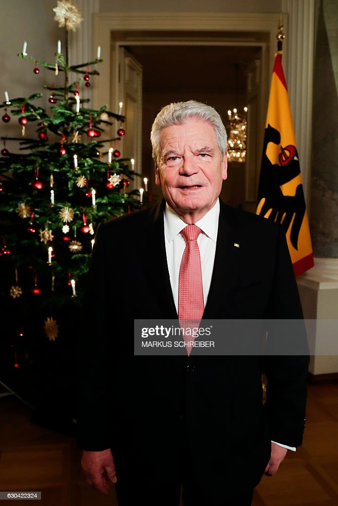 German President Joachim Gauck poses after the recording of the traditional Christmas message at Bellevue Palace in Berlin on December 22, 2016. With his speech, the head of state addresses the citizens during the Christmas celebrations. / AFP / AP / Markus Schreiber