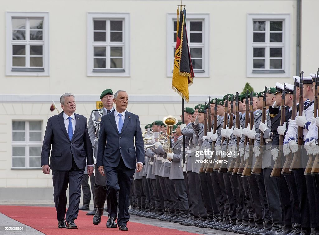 German president Joachim Gauck (L) reviews an honour guard with Portuguese President Marcelo Rebelo de Sousa (2nd L) during a welcome ceremony at the Bellevue presidential palace in Berlin on May 30, 2016.