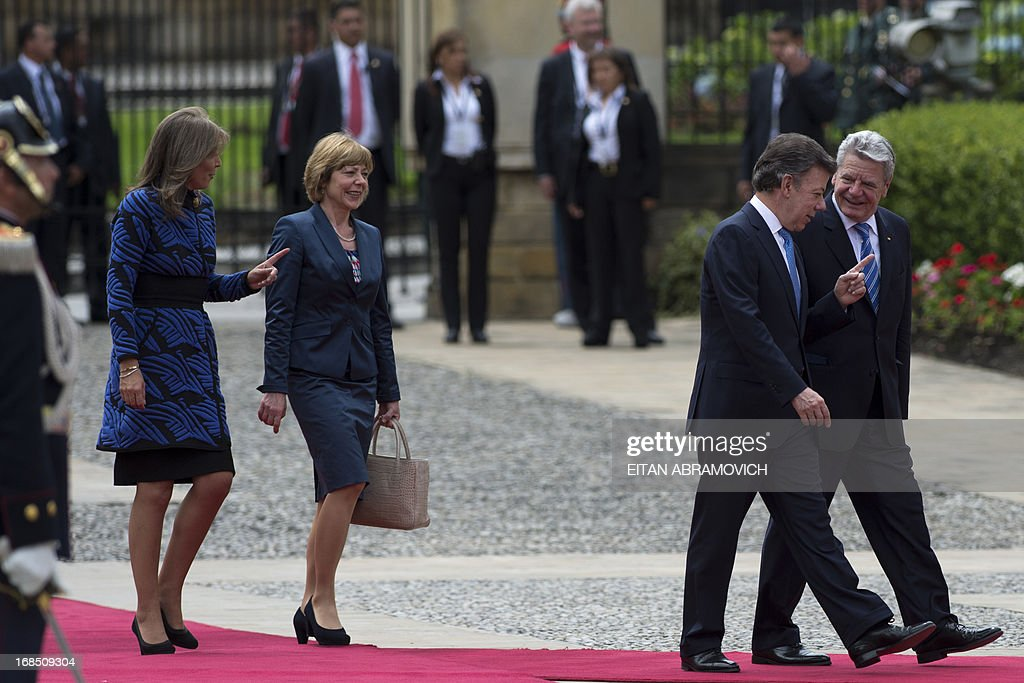 German President Joachim Gauck (R) speaks with his Colombian counterpart Juan Manuel Santos followed by Gauck's partner Daniela Schadt (3-R) and Colombia's First Lady Maria Clemencia Rodriguez during a welcoming ceremony at Narino Presidential Palace in Bogota, Colombia, on May 10, 2013. Gauck is on a four-day official visit to Colombia. AFP PHOTO/Eitan Abramovich