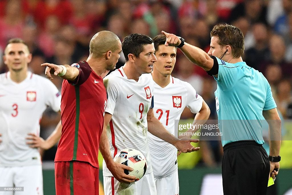 German referee Felix Brych (R) gestures as he speak to Poland's midfielder Bartosz Kapustka (2R), Poland's forward Robert Lewandowski (C) and Portugal's defender Pepe (2L) during the Euro 2016 quarter-final football match between Poland and Portugal at the Stade Velodrome in Marseille on June 30, 2016. / AFP / BERTRAND