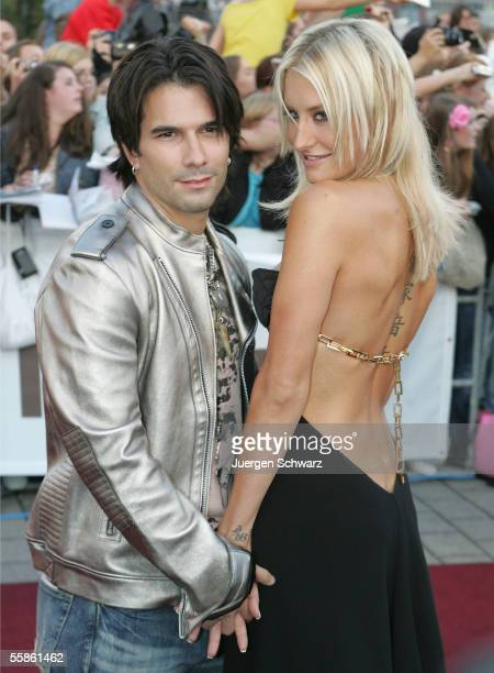 German singer Sarah Connor and her friend Marc Terenzi pose for photographers at the 'Comet Awards 2005' October 6 2005 in Oberhausen Germany 'Comet'...