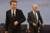German Social Democrats Bundestag faction chairman Peter Struck and BadenWuerttemberg governor Guenther Oettinger arrive at a press conference at the...