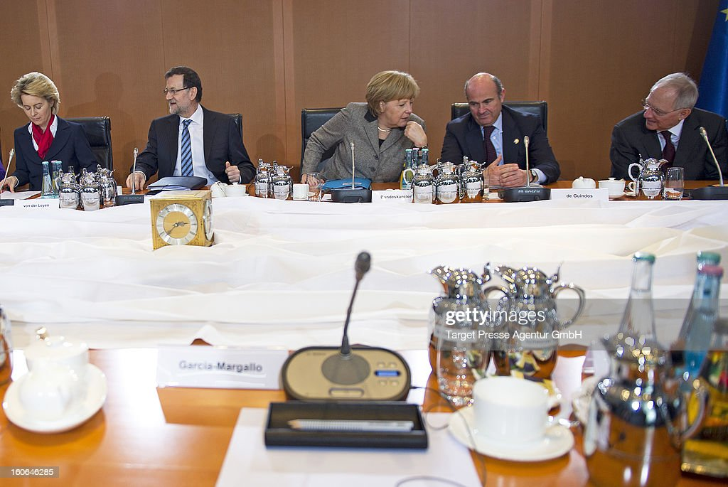 German Social Minister Ursula von der Leyen, the Spanish Prime Minister Mariano Rajoy, German Chancellor Angela Merkel, Spanish Minister of Economy <a gi-track='captionPersonalityLinkClicked' href=/galleries/search?phrase=Luis+de+Guindos&family=editorial&specificpeople=8756055 ng-click='$event.stopPropagation()'>Luis de Guindos</a> and German Finance Minister Wolfgang Schaeuble attend a meeting at the Chancellery on February 4, 2013 in Berlin, Germany. The German and Spanish government are meeting for consultations, and the ongoing spanish economic downturn is likely to be high on the agenda.