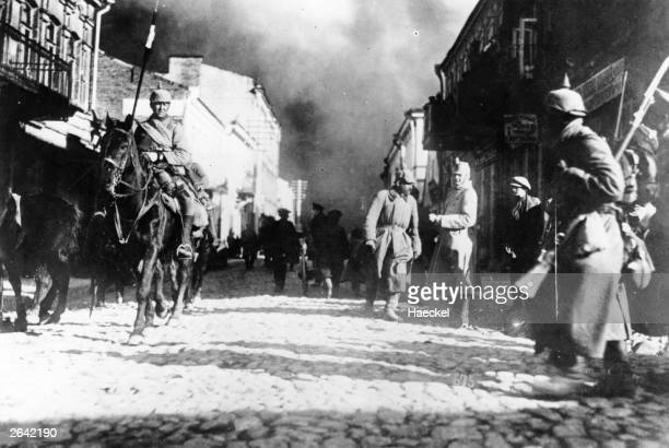 German soldiers in the looted Russian town of Szawle