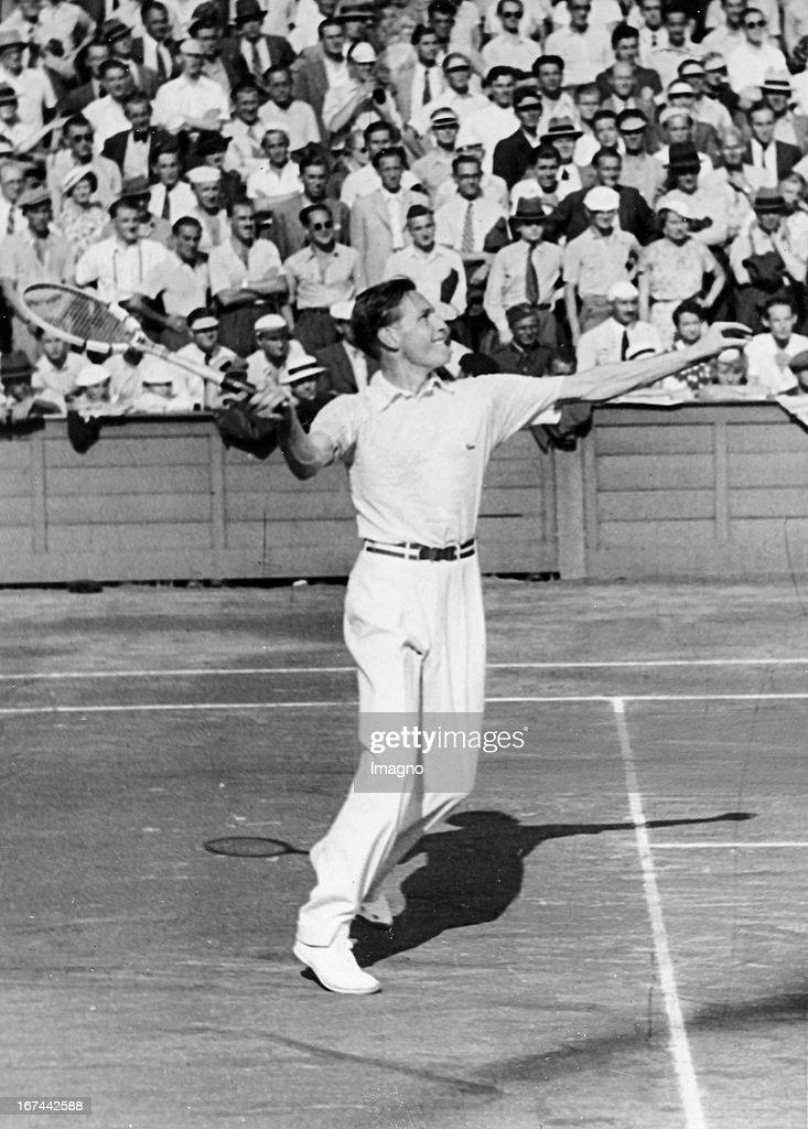 German tennis player Gottfried von Cramm (1909-1976). About 1935. Photograph. (Photo by Imagno/Getty Images) Der deutsche Tennisspieler Gottfried von Cramm (19091976) am Netz. Um 1935. Photographie.